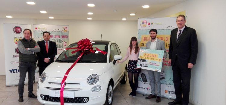 El Carné Joven Europeo e Ibercaja Leasing entregan el primer coche del sorteo de seis Fiat 500 en renting